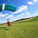 De instructeur land met de parachute